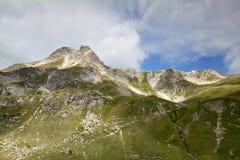Bergspitze über blauem Himmel stockfotografie