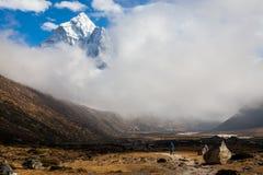 Bergspitze Ama Dablam nepal stockfotos