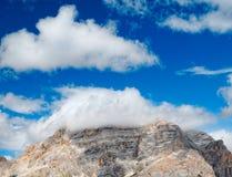 Bergspitze in den Wolken lizenzfreie stockbilder