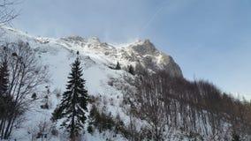 Bergspitze mit Blizzard auf Stockfoto