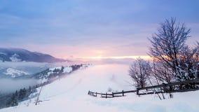 Bergspitze mit Schneeschlag durch Wind Russland, UralJanuary, Temperatur -33C Kalter Tag, mit Schnee stock video
