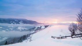 Bergspitze mit Schneeschlag durch Wind Russland, UralJanuary, Temperatur -33C Kalter Tag, mit Schnee stock footage