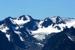 Bergspitze mit Schneespitze Lizenzfreie Stockfotografie