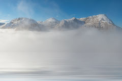 Bergspitze-Reflexion im Wasser Lizenzfreies Stockfoto