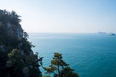 Bergspitze und Meer Lizenzfreies Stockfoto