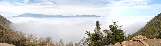 Bergspitze und Nebel Stockfotos