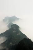 Bergspitzen über den Wolken im Tianmen-Gebirgsnationalpark, Zhangjiajie, China lizenzfreie stockfotos