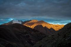 Bergspitzen angesichts der letzten Strahlen der untergehenden Sonne stockfoto