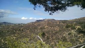 Bergspitzen-Ansicht von Los Angeles Kalifornien mit Wald und heller Bewölkung lizenzfreie stockfotos