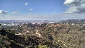 Bergspitzen-Ansicht von Los Angeles Kalifornien mit Wald und heller Bewölkung lizenzfreie stockfotografie
