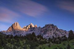 Bergspitzen beleuchteten mit letztem Sun vor der Dämmerung Stockbild