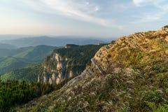 Bergspitzen in den Sonnenaufgangfarben Stockfotos
