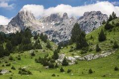 Bergspitzen eingehüllt mit Wolken Stockfoto