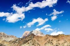 Bergspitzen gegen den blauen Himmel Lizenzfreies Stockbild