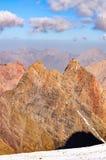 Bergspitzen gegen einen Himmel Stockfotografie
