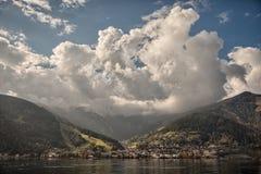 Bergspitzen, geschwollene Wolken und Zeller-Seeblicke von Zell morgens sehen, Österreich Lizenzfreie Stockfotografie