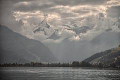 Bergspitzen, geschwollene Wolken und Zeller-Seeblicke von Zell morgens sehen, Österreich Lizenzfreies Stockfoto