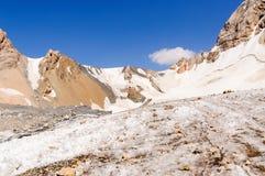 Bergspitzen mit Gletscher Stockfotos