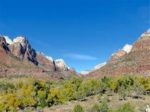 Bergspitzen und das Tal in Zion National Park Utah Stockfotografie