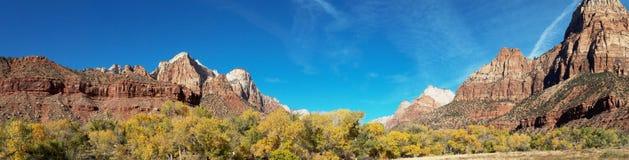 Bergspitzen und Fall-Farben in Zion National Park Utah stockfoto