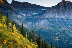 Bergspitzen und goldene Steigungen stockbild