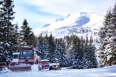 Bergspitzen und Hügel mit Bäume geschütztem Schnee Stockbilder
