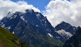 Bergspitzen von Dombay in den Wolken stockbilder