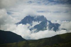 Bergspitzeweißwolken lizenzfreie stockbilder