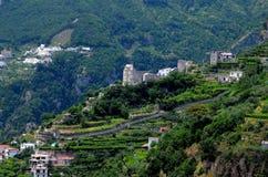 Bergssidaby längs kust för Italien ` s Amalfi Fotografering för Bildbyråer