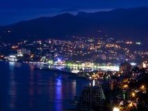 Bergstad på natten Black Sea Arkivbild