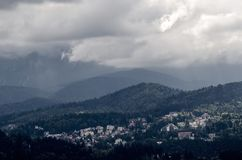 Bergstad Predeal, i en enorm skog, i Rumänien arkivbilder