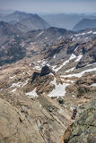 Bergsteigen mit rauchigen Himmeln in den Kaskaden-Bergen Stockfotografie