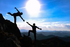 Bergsteigen und Handreichung stockbilder