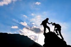 Bergsteigenhilfe, -unterstützung und -erfolg stockbild
