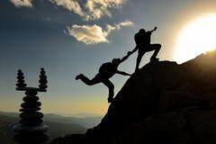 Bergsteigenhilfe, -zusammenhalt, -balance und -energie stockfoto