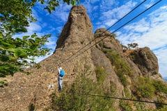 Bergsteiger an über ferrata Brücke lizenzfreie stockfotos