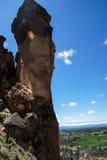 Bergsteiger auf überhängender Klippe des Affe-Gesichtes Stockbilder