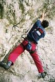 Bergsteiger auf Überhang stockfotografie