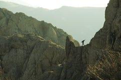 Bergsteiger auf dem Felsen Lizenzfreies Stockfoto