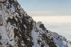 Bergsteiger auf dem Gebirgspass Lizenzfreies Stockfoto
