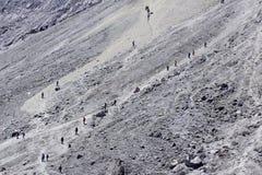 Bergsteiger auf der sandigen Bahn Stockfotos