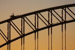 Bergsteiger auf der Sydney-Hafen-Brücke am Sonnenuntergang Stockfotos