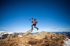 Bergsteiger auf die Oberseite Stockfotos