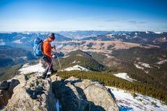 Bergsteiger auf die Oberseite Stockfoto