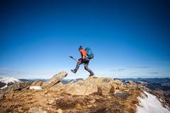 Bergsteiger auf die Oberseite Stockfotografie
