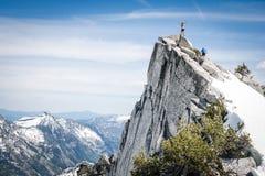 Bergsteiger auf einem Gebirgsgipfel Lizenzfreie Stockbilder