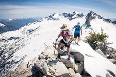 Bergsteiger auf einem schneebedeckten Gebirgsrücken Stockbild