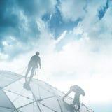 Bergsteiger auf einem Wolkenkratzer stockfotografie