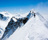Bergsteiger auf einer schmalen Kante Lizenzfreie Stockfotografie