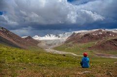 Bergsteiger auf Hintergrundgebirgsfluss und -bergen Stockfoto